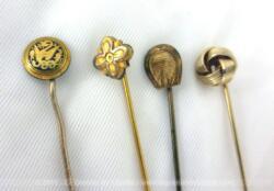 Lot 4 anciennes épingles à cravates métal doré de 7 cm de long en moyenne chacune. Toutes différentes et originales.