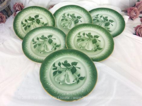 Voici un lot de six anciennes petites assiettes en faïence de Lunéville de 20.5 cm de diamètre avec sur fond vert un décor central de superbes poires.