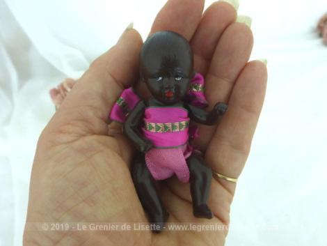 """Voici une adorable et ancienne petite poupée vraiment miniature de couleur noire aux membres articulés estampillée """" SNF - France"""". Facile de lui créer ses propres habits et pourquoi pas sa petite maison de poupée exclusive."""