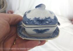 Mesurant 8 cm de long, voici une adorable miniature d'une soupière aux dessins de papillons avec son plat assorti en belle porcelaine d'Art dont les dessins bleus apportent beaucoup d'élégance.