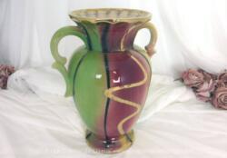 Superbe vase Foreign des années 60 de 27 cm de haut, numéroté, sur un fond en tons jaune, vert et fuchsia avec de belles lignes noires et des liserés couleur or. dans le style Art Nouveau.