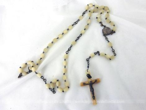 Ancien chapelet de 56 cm de long avec des perles en nacre puis une médaille en argent et se terminant par une superbe croix supportant un Christ en argent.