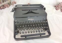 Ancienne machine à écrire Hermes 2000 made in Suisse datant des années 50.