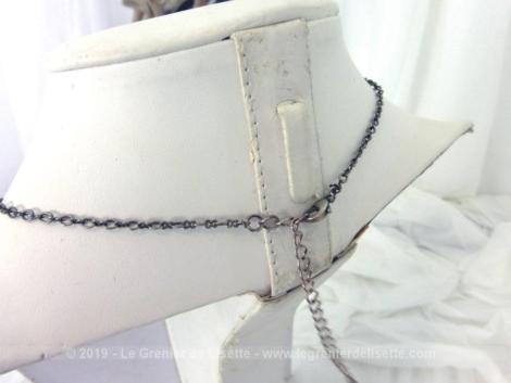 Superbe collier vintage avec descentes de différentes longueurs en strass et écussons.