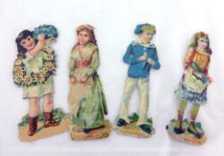 Voici 4 anciennes chromos représentant des enfants, 3 filles et un garçon dans des tenues d'époque.