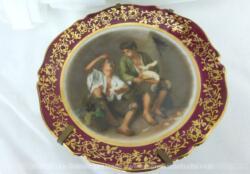 """Assiette miniature à poser, en porcelaine de Limoges, représentant """"Le mangeur de raisin et de melon"""" du peintre Bartolomé Esteban Murillo."""