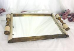 Plateau miroir en laiton et bakélite des années 40/50 de 44 x 26 cm avec des anses originales en laiton et bakélite, ce plateau miroir bivalent devient à la fois un plateau.... et un miroir.