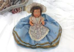 Très ancienne poupée folklorique SNF du début du siécle dernier en celluloïd au visage peint pour un regard rempli de nostalgie.