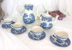 """Voici un beau service à café et à thé en porcelaine anglaise. """"Made in Staffordshire, England"""" , Modèle Tonquin by Myott. Il est composé d'une cafetière verseuse, d'une théière et de 4 tasses et leurs sous-tasses."""