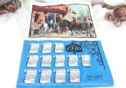 Ancien torchon calendrier 1970 de 60 x 45 cm sur fond bleu lagon une décoration d'une scène avec une calèche, d'après un dessin de Meissonier.