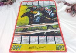 Ancien torchon calendrier 1971 de 61 x 45 cm sur fond rouge et jaune avec en décoration une arrivée d'une course de tiercé.