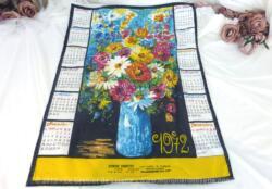 Ancien torchon calendrier 1972 de 60 x 45 cm sur fond noir avec en décoration la reproduction d'un tableau représentant un très grand bouquet dans un vase.