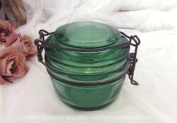 Ancien et beau bocal à stériliser format 350 g de la marque Solidex en verre vert avec son couvercle au système de fermeture original et oxydé.