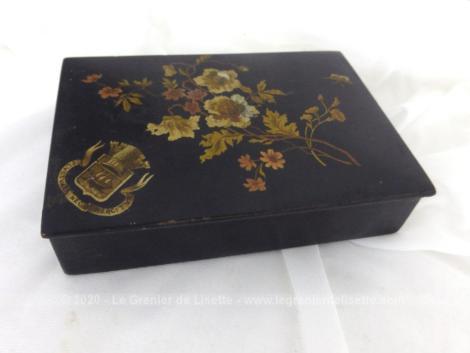 """Ancienne petite boite carton bouilli Napoléon III portant la devise de Paris """"Fluctuat Nec Mergitur""""."""