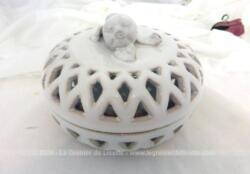 Datant des années 70, voici une très belle bonbonnière en céramique ajourée des Faïenceries de Malicorne et signée par Emile Tessier.