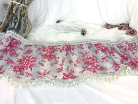 Réalisée à la main, voici une belle cantonnière shabby en coton léger gris et rose avec pompons, pièce unique de 30 x 130 cm.