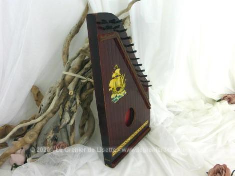 Petite cithare en bois, avec toutes ses cordes, en état de fonctionnement, avec un beau dessin d'un vaisseau, toutes voiles dehors, collé sur la façade