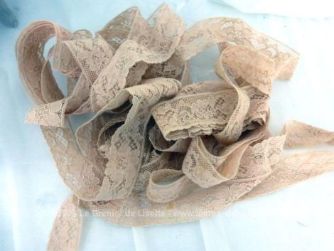 Voici un long coupon de 660 cm de dentelle fine de couleur chair saumon de 2.5 cm de large avec comme décoration des fleurs surlignées d'un fil en relief.