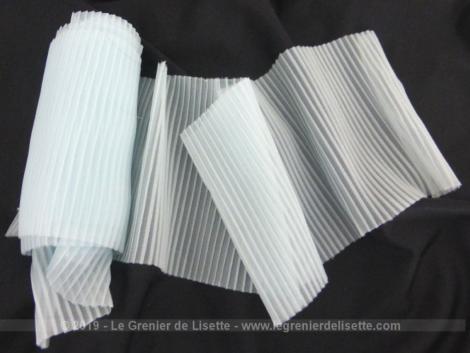 Voici un large ruban de couleur bleu pastel en viscose plissé de 10 x 250 cm sans étirement.