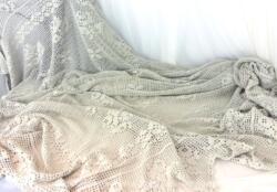 Ancien dessus de lit en coton épais blanc réalisé au crochet et fait à la main, de 170 x 210 cm plus 30 cm de bordure sur tout le pourtour.