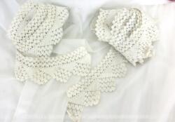 Voici un duo de longs coupons dentelle crochet fait main en fil de coton de couleur blanc/ivoire de 260 et 315 cm sur 6 cm de large, composés de dessins de triangles se succédant les uns sur les autres.
