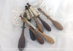 Sept anciens fuseaux en bois et dentelle, prévus pour la création d'une superbe décoration vraiment tendance .