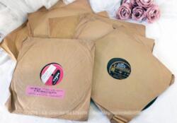 Voici onze anciens disques 78T en cire des années 40/50, marque Vogue, Colombia, M.G.M., Riviera, La Voix de son Maitre, Odéon, Decca, avec leur pochette en papier kraft.