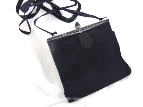 Ancienne et originale, voici une minaudière en velours et strass, idéal comme petit sac de soirée à main.