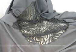 Nappe coton teinté gris avec centre crochet fait main de 200 x 200 cm avec monogrammes dont 45 cm de crochet au centre.