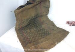 Ancien sac en toile de jute épaisse de 125 x 66 cm, portant l'inscription REFORM et un damier. Avec de nombreuses marques de reprises, couture et trous. Du pur authentique.