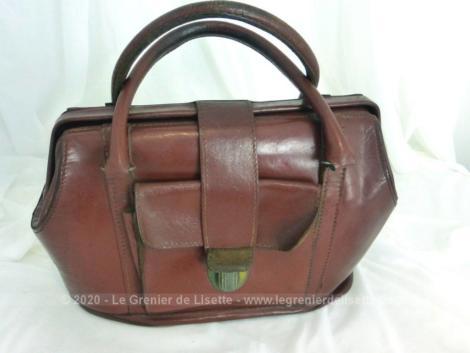 Ancien sac en cuir fauve façon docteur avec poche, anse et une forme rigide très vintage.