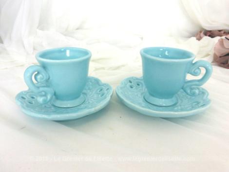 Superbe tête à tête bleu pastel, très tendance shabby composé de deux tasses et ses sous tasses assorties ajourées façon dentelle et une bordure en vague.