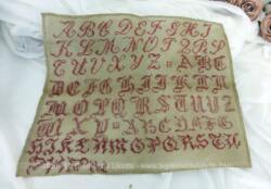 Ancien abécédaire d'écolière aux 3 alphabets de 28 x 34 cm, brodé au point de croix en fil rouge avec les lettres V, X, Y et Z du dernier alphabet dans l'autre sens.