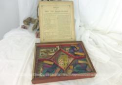 Dans son coffret en bois bien patiné par le temps, voici un ancien jeu du Nain Jaune avec jetons et dés et ses compartiments en carton.