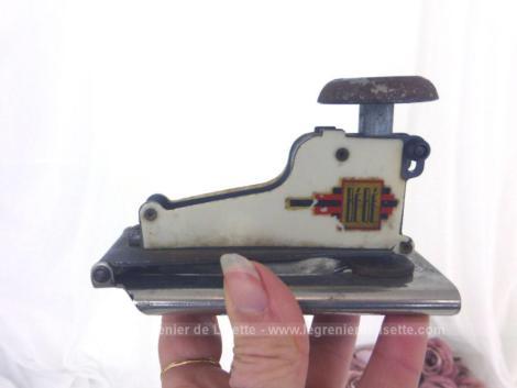 Ancienne petite agrafeuse de bureau de la marque Bébé . En métal, elle est remplie d'authenticité pour une décoration vintage.