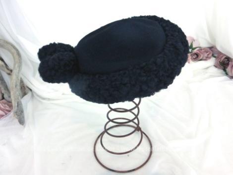 Datant des années 40/50 voici un ancien chapeau bibi en astrakan avec en décoration 2 sphères, façons boules modèle fait main par une modiste parisienne des Champs Elysées.