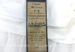 Voici une ancienne boite de mines n°2 pour crayons d'Artistes de la marque A.W. Faber avec encore quelques mines à l'intérieur.