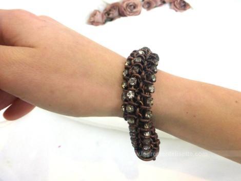 Voici un ancien bracelet de forme carrée en mailles articulées avec strass. et enchevétrées les une aux autres permettant de porter ce bracelet à plat ou torsadé.