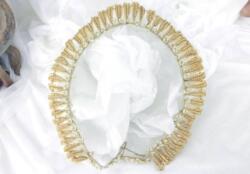 Ancien diadème de mariée composé d'une ceinture de pétales de fleurs recouverts chacun de fines perles, le tout posé sur une base de boutons en cire. Fin XIX ° pu tout XX°.