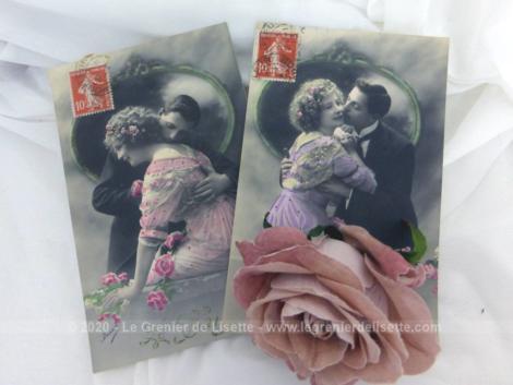 Voici deux anciennes cartes postales colorisées représentant un couple allant se faire un baiser datées de 1912 et 1913.