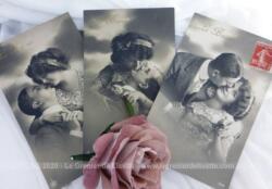 Voici trois anciennes cartes postales colorisées représentant un couple allant se faire un baiser datées du début du siècle dernier.