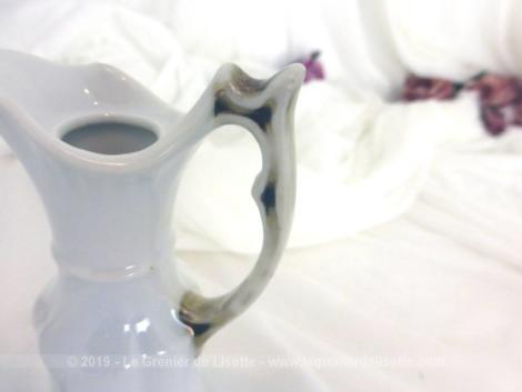 Duo de bougeoirs en porcelaine aux fleurs jaunes pour une tendance shabby très actuelle. A vous de trouver les bougies qui feront de ces bougeoirs des pièces uniques !