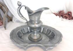 Voici un bel ensemble en métal imitation vieil étain composé d'une aiguière décorée d'une sirène sur la anse et d'un large plat à barbe .