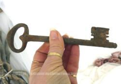 Voici une ancienne et grande clé de manoir de plus de 18 cm de long avec toute sa belle patine d'origine remplie d'authenticité.