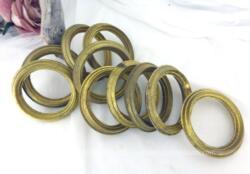 Voici un super lot de 10 anciens anneaux en laiton creux pour tringle à rideaux de 7 cm de diamètre externe et 5.3 cm de diamètre interne.