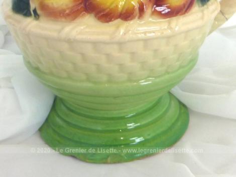 Ancien pichet en barbotine aux dessins de fruits en relief. Avec sa anse et sa forme imitation osier, il apportera une touche vintage à votre table.