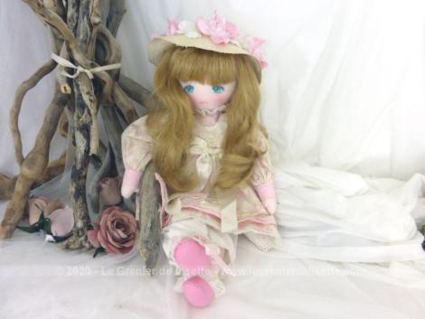 """Superbe ancienne poupée tissus vintage des années 90 de la marque """"Les Féériques"""" de """"Mundia"""" signée Christine et Cécile."""