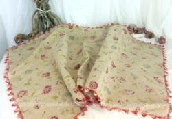 Voici une belle pièce de 68 x127 cm, en toile de lin écru, pouvant servir de sur nappe, au beau décor de fleurs roses shabby.