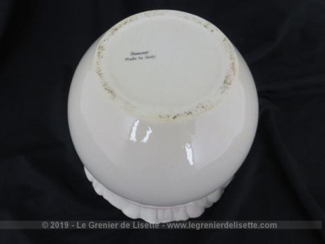 Superbe vase original Sarcasmo made in Italy, de 18 cm de diamètre sur 12.5 cm de haut, très tendance shabby avec son col en forme de plis et son faux ruban rose.