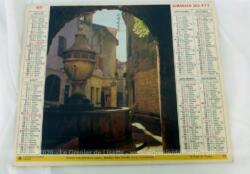 Ancien almanach des P.T.T. de 1977 avec la photo d'une Fontaine en pierre d'un coté et en métal de l'autre avec 6 pages supplémentaires